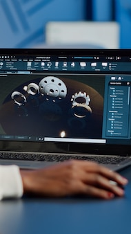 Ingegnere donna africana che lavora al nuovo progetto utilizzando il laptop