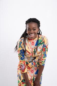 Dreadlocks capelli donna africana con una postura felice che indossa un abito a fiori