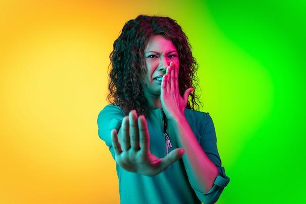 Donna africana su sfondo neon studio