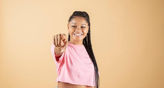 Donna africana che punta alla telecamera con un sorriso