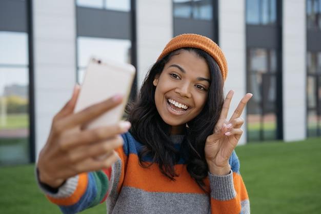 Donna africana che cattura selfie