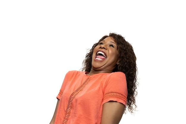 Donna africana su sfondo bianco, emozioni divertenti, meme