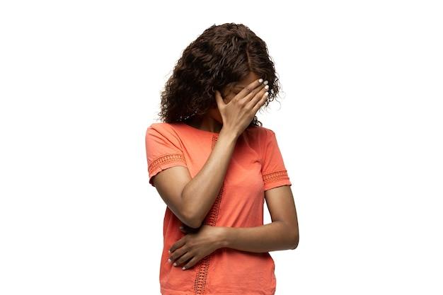 Donna africana su sfondo bianco divertenti emozioni