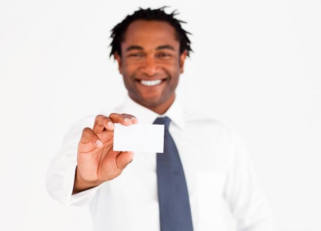 Busdinessman afroamericano che tiene carta bianca
