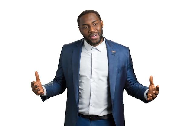 Allenatore d'affari afroamericano. un uomo dalla pelle scura conduce un seminario sulla comunicazione e la leadership aziendale.