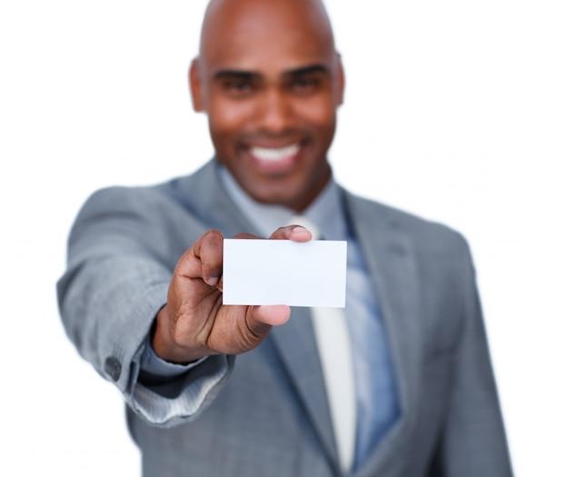 Uomo d'affari afroamericano che tiene una carta bianca