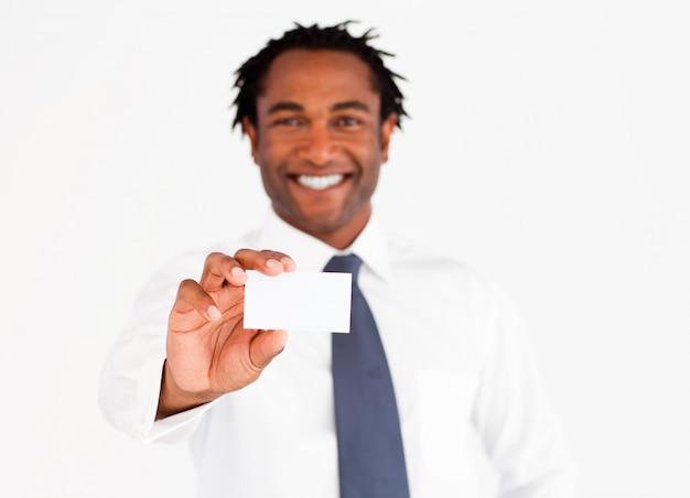 Uomo d'affari afroamericano che mostra la sua carta, fuoco sulle dita e carta