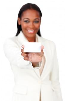 Donna di affari afroamericana che tiene un segno della carta bianca