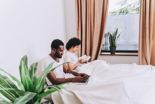 Coppia afroamericana a letto vera coppia di innamorati belli e allegri a casa