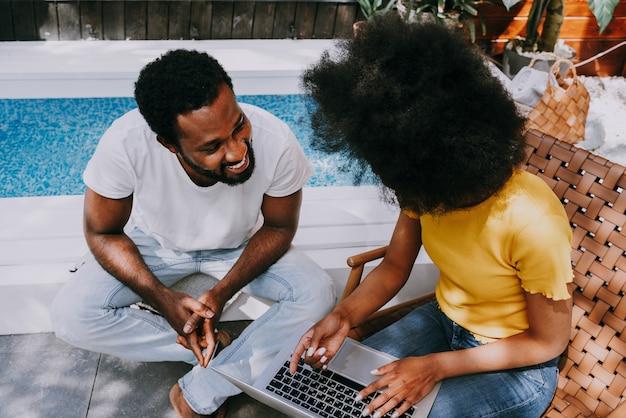 Coppia afroamericana a casa in giardino bella coppia nera che trascorre del tempo insieme