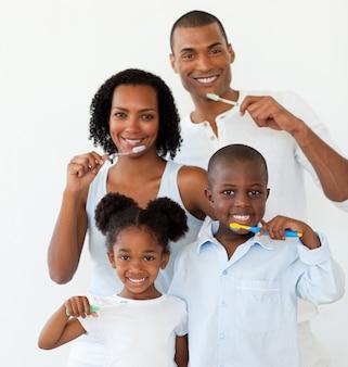 Famiglia afro-americana lavarsi i denti