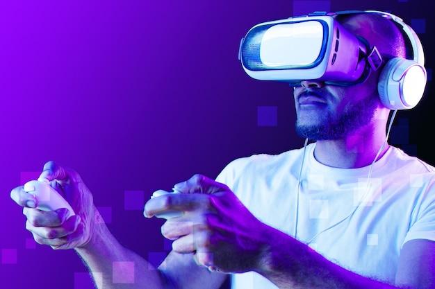 Uomo afroamericano che indossa occhiali vr in luce al neon contro la superficie viola si chiuda