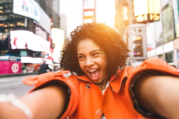 Donna afroamericana che prende selfie in time square, new york