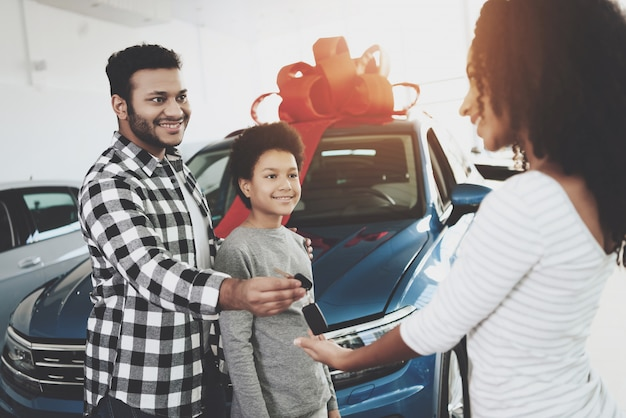 L'uomo afro presenta il regalo di anniversario di auto a moglie.