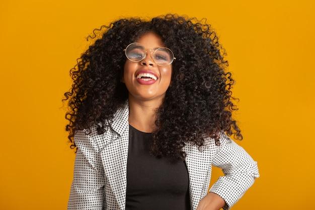 Donna afro che sorride con i tuoi occhiali