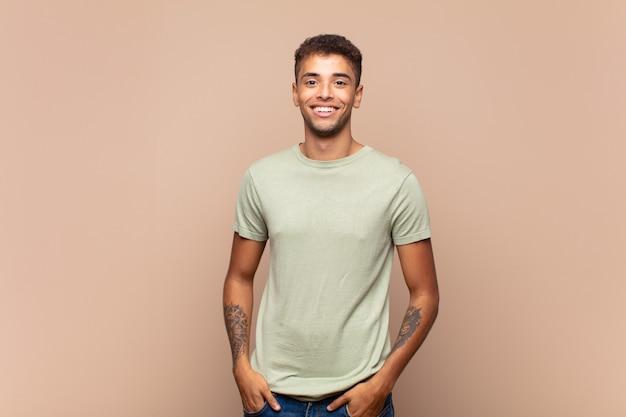 Afro giovane uomo bello