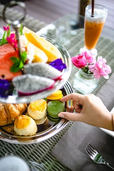 Tè pomeridiano con mini tartine di brioche. bella cerimonia del tè pomeridiano inglese con dessert e selezione di snack di dolci