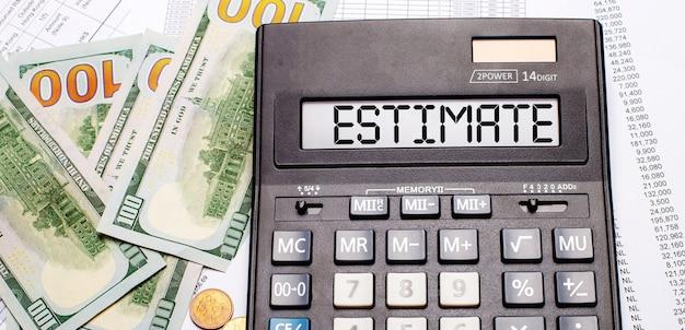 Sullo sfondo di contanti e documenti c'è una calcolatrice nera con il testo stima sul tabellone. concetto di affari