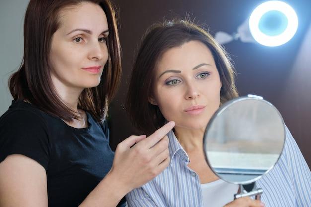 Donna di età in consultazione con il cosmetologo