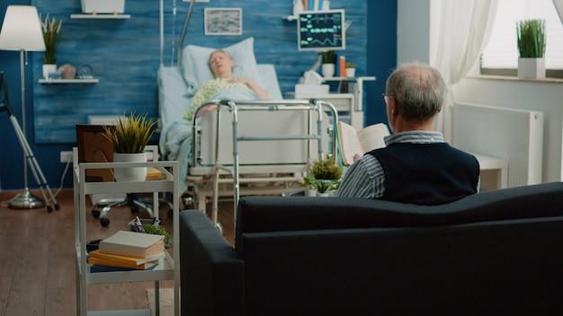 Uomo anziano che chiama medico e infermiere per aiutare una donna malata