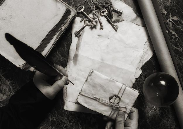 Carte retrò invecchiate e libro sul tavolo con sfondo di strumenti da detective