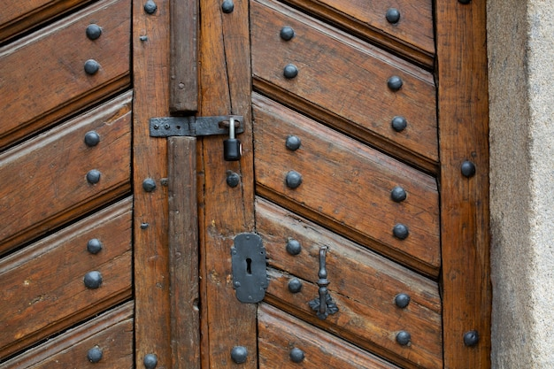 Porta in legno invecchiato con maniglia, serratura e serratura. primo piano