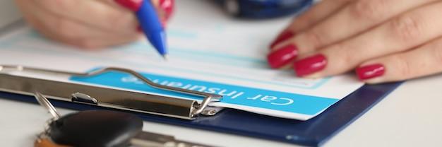 Agente che compila i documenti dell'assicurazione auto con la penna. concetto di servizi assicurativi