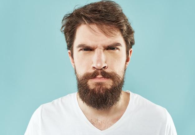 Uomo di stress di aggressione con un pugno di sguardo indignato di emozioni di barba