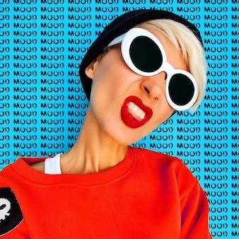 Aggressivo tom boy girl in accessori alla moda beanie e occhiali. vibrazioni della moda urbana