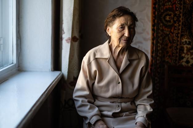 Processo di invecchiamento - volto sorridente di donne anziane molto anziane