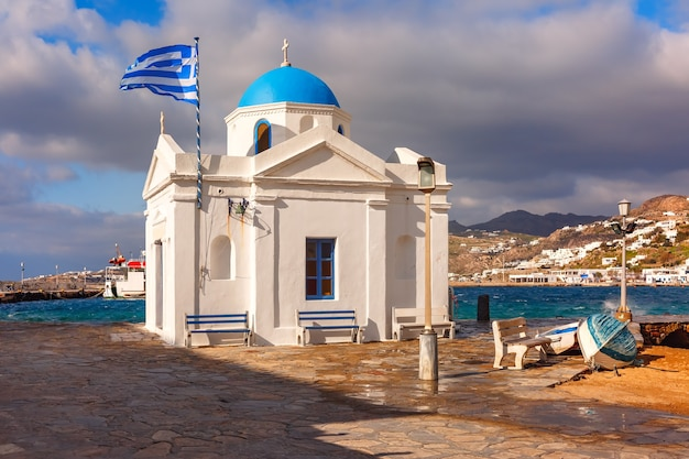 Agios nikolaos chiesa cristiana tipica chiesa greca edificio e grande sventola bandiera greca