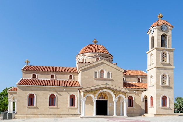 La chiesa di agios raphael a ciprofotografata di giorno con il cielo blu sopra