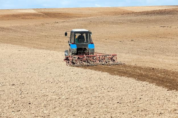 Il campo agricolo, che arato in un trattore preparando il terreno per la semina. primavera