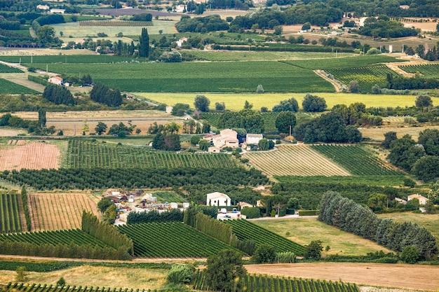 Paesaggio rurale panoramico agricolo della campagna nel sud della francia provenza