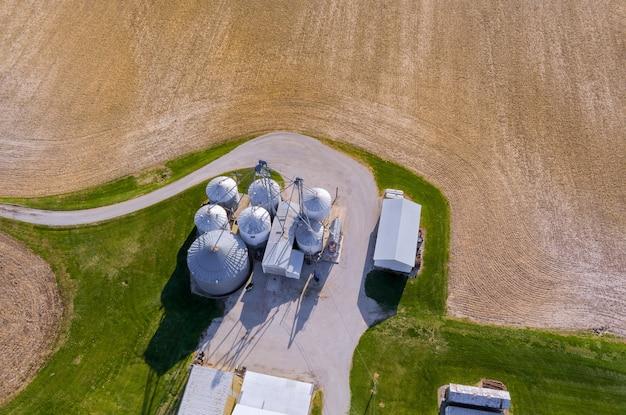 Silos agricoli edificio stoccaggio esterno di prodotti essiccazione di chicchi di grano