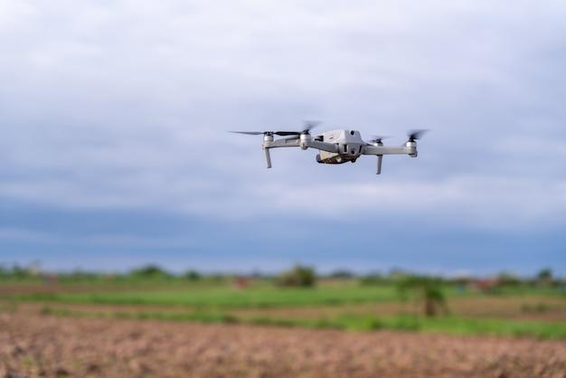 Indagine sui terreni agricoli di volo del drone agricolo nel campo