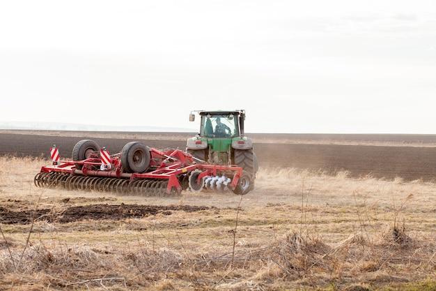 Agricoltura, trattore preparazione terreno con coltivatore letto di semina