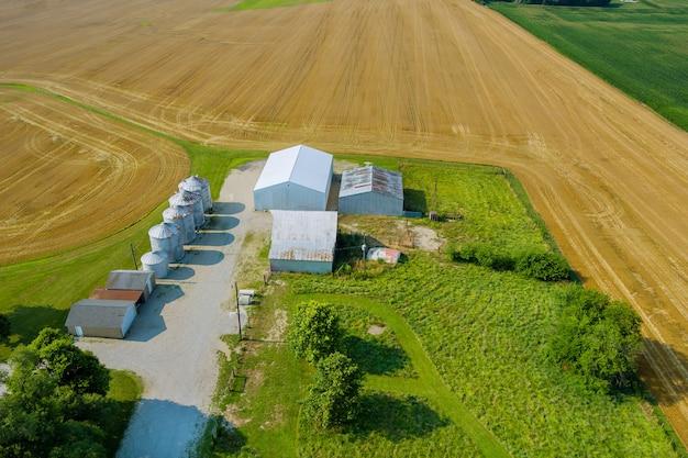 Agro elevatore su silos d'argento per la lavorazione di lavaggio a secco stoccaggio di prodotti agricoli con vista panoramica