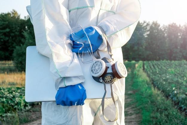 Un agronomo vestito con una tuta protettiva bianca Foto Premium