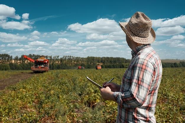 L'agronomo registra i dati sulla raccolta. immagine agricola.