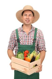 Agronomo con verdure sane su bianco