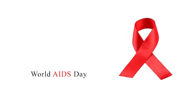 Nastro rosso di consapevolezza dell'aids su fondo bianco.
