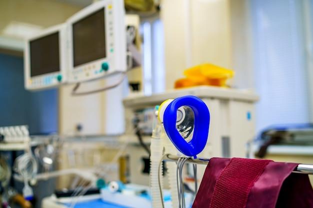 Dispositivo di respirazione dell'aria per il paziente. preparazione per la chirurgia. covid-19 e identificazione del coronavirus. pandemia.