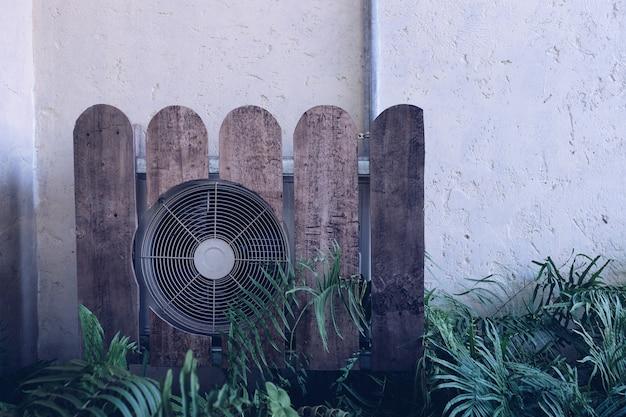 Compressore del condizionatore d'aria installato. aria condizionata all'aperto.