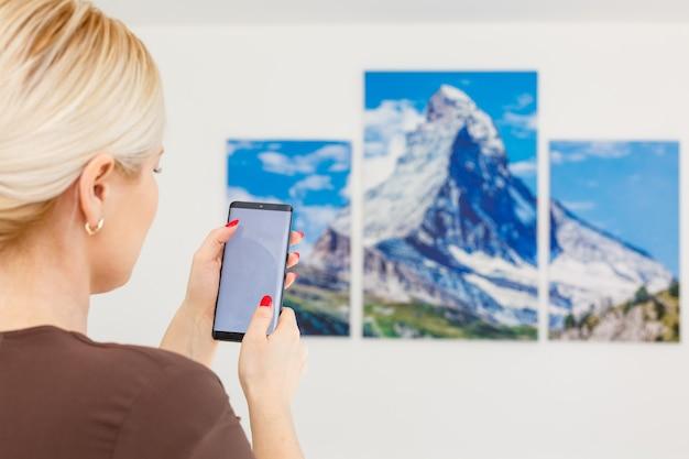 Telecomando del condizionatore d'aria con sistema smart home su dispositivo digitale.