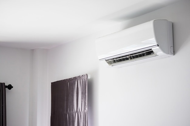Condizionatore d'aria sul fondo interno della stanza bianca della parete