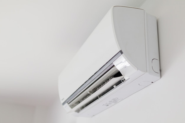 Condizionatore d'aria sul fondo bianco dell'interno della stanza della parete