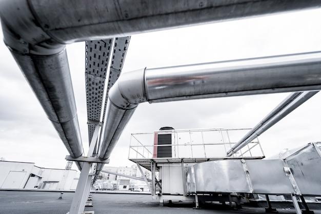 Condizionatori d'aria sul tetto di un edificio industriale hvac