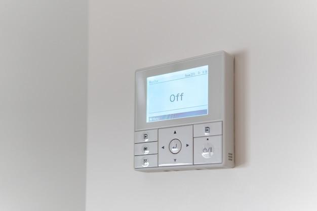 Regolatore dell'aria condizionata su una parete bianca