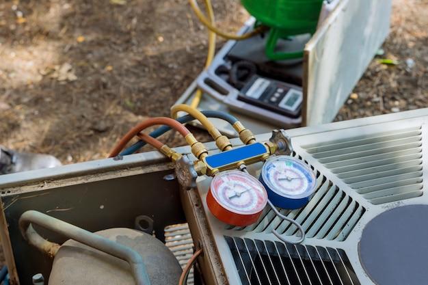 Unità di riscaldamento dell'aria condizionata per un sta controllando il sistema di condizionamento esterno della casa residenziale